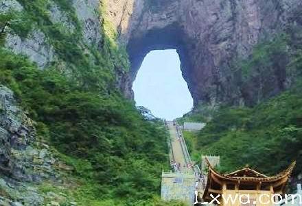 附近山水旅游景点_